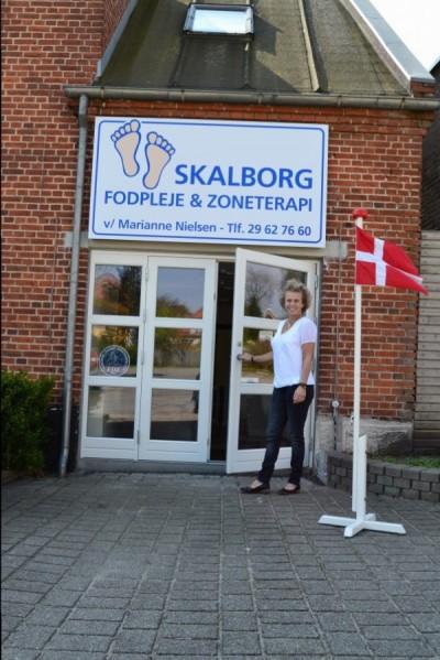 Marianne byder velkommen til hendes klinik med fodpleje og zoneterapi